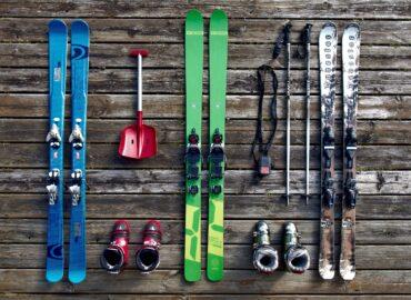Het is herfst en we merken langzaamaan dat het kouder en kouder wordt. Zodra de winter voor de deur staat, kunnen de wintersportfanaten logischerwijs niet wachten om de latten en stokken uit de kast te halen. Tijd voor actie! Het beoefenen van wintersport is daarentegen niet zonder enig gevaar. Een flinke valpartij kan voor veel schade zorgen. Denk dan niet alleen aan materiële schade, aan ski's en dure kledij, maar ook aan letselschade.